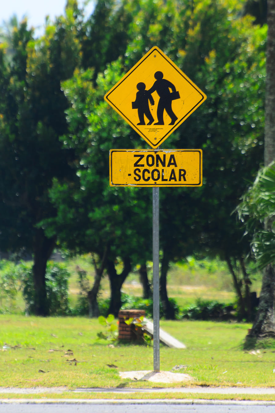 Dominican Republic — Zona scolar (school zone) road sign