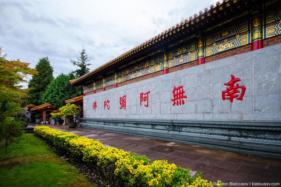 Стена буддистского храма с ироглифами (Ричмонд, Канада)
