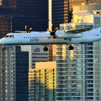 Самолет Портер совершает посадку на аэродроме на острове Торонто (Toronto Island)