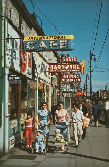 Улица Робсон, 1957 год. (© Fred Herzog—Courtesy of Equinox Gallery, Vancouver)
