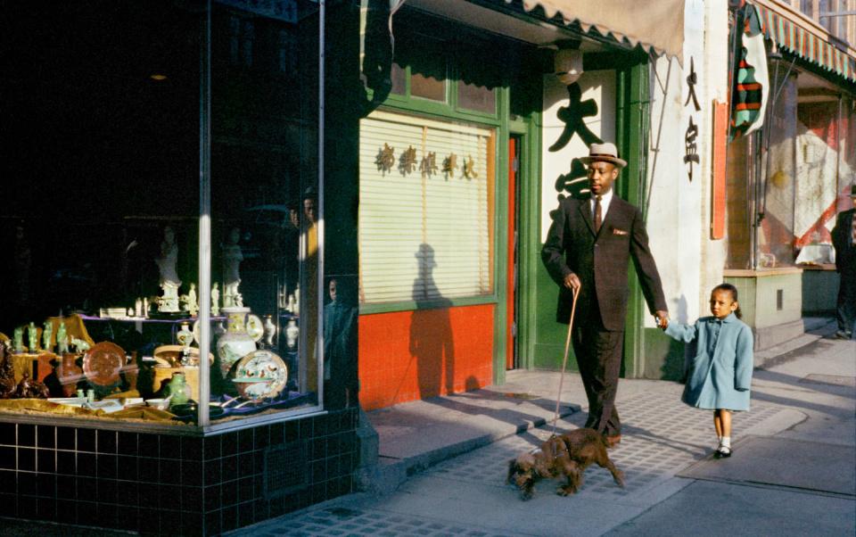 Чернокожий мужчина на Пендер, 1958 год. (© Fred Herzog—Courtesy of Equinox Gallery, Vancouver)