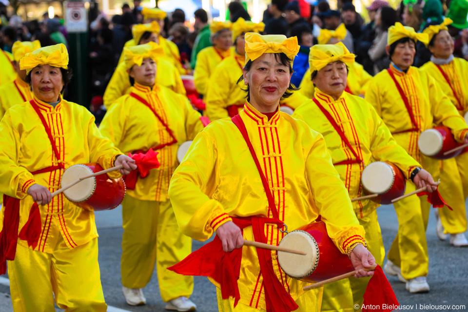 Ударно-инструментальный ансамбль китайских бабушек на параде Святого Патрика в Ванкувере