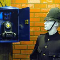 Полицейский телефонный ящик, был напрямую соединен с участком и по нему можно было узнать у прабабушки Siri номер экипажа, например, или проверить входящие сообщения. Такие ящики стали устанавливать в Северной Америке с 1877