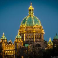 Иллюминация на куполе здания Парламента Британской Колумбии в Виктории