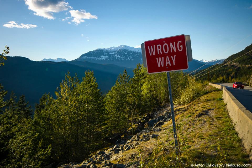 Вид со смотровой площадки со знаком Wrong Way на шоссе Sea to Sky (BC, Canada)
