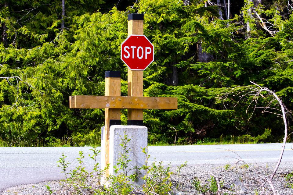 Дизайн знака Стоп в индейской резервации Esowista, BC (Vancouver Island)