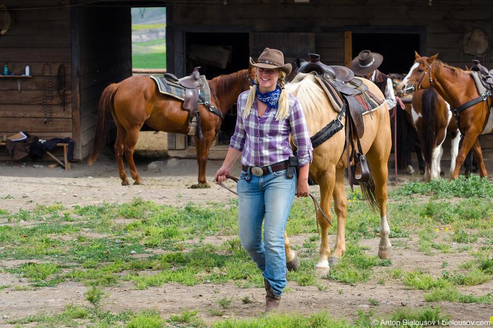 Здесь живут настоящие ковбои, которые не выряжаются так за зарплату на потеху туристам, а просто в их жизни Дикий Запад — это не что иное как одно из названий их дома. Ну и ковгёрлы (да, они их действительно так называют — cowgirl).
