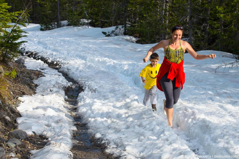 Снег в мае на проселочной дороге Lillooet Forest Service Road возле горячих источников Keyhole Falls Hot Springs