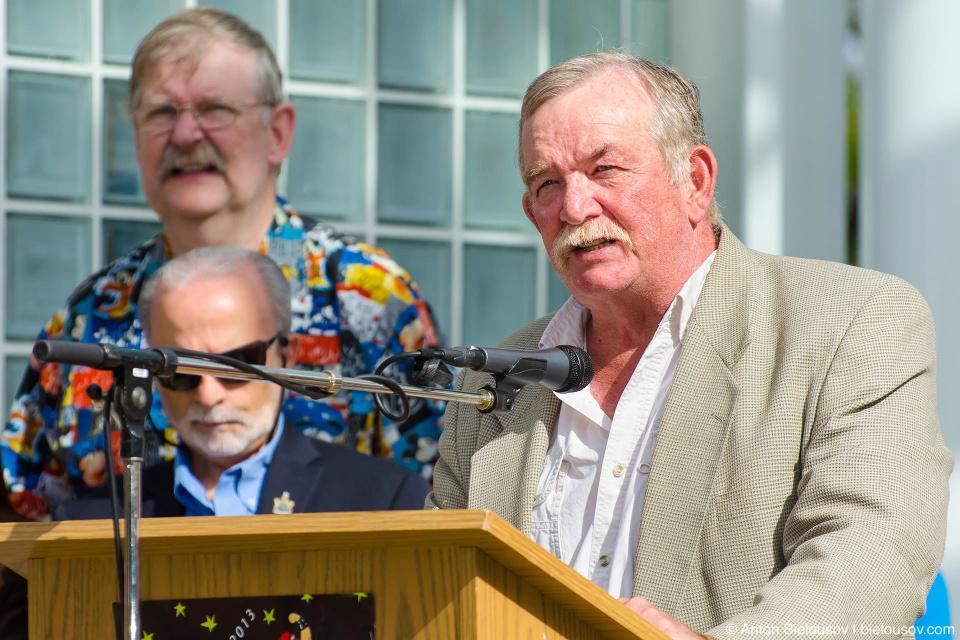 Derek Corrigan — мэр Burnaby, BC на награждении детей за летнее чтение
