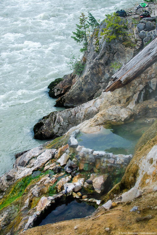Самое шикароне место — это три ванны на скале у реки. Температура воды здесь порядка 58°C и сидеть можно только в нижней: две верхние слишком горячи, поэтому стоит брать с собой ведро, благо за холодной водой далеко ходить не надо.