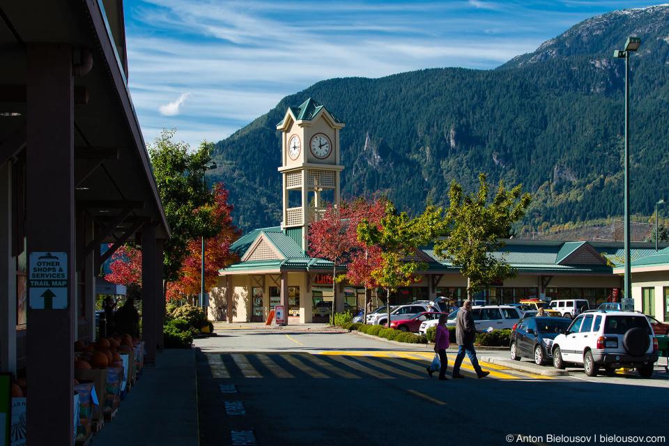 Плаза в городке Squamish, BC — один из последних оплотов цивилизации на шоссе к северу от Ванкувера