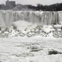 Вы,должно быть, слышали, что центральную часть Северной Америки накрыл полярный вихрь такой силы, какого еще не было в современной истории. За множеством фотографий покрытого льдом и обесточенного Торонто сеть заполонили фотографии частично замерзшего Ниагарского водопада, где уже несколько дней держится температура -25°C. Конечно, по миру тут же пошло сарафанное радио, дескать, водопад замерз полностью как в 1911 году, чего пока не случилось, но как и большинство фотографий, поступающих последние недели из Торонто, последние снимки Ниагары не могут не поражать.