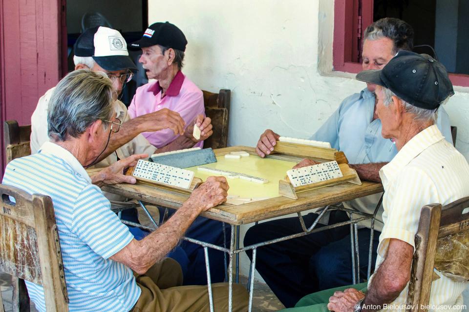 Пенсионеры — тоже азартнее. Центральный дом культуры в Камауани не пустует как в Ремедио