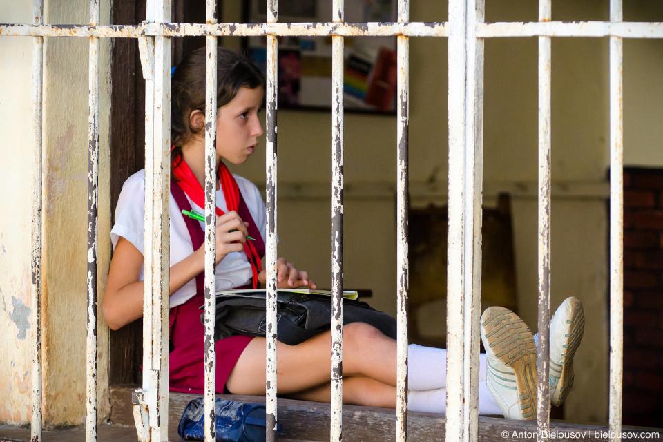 А это — кубинская школа. Дети — будущее Кубы, поэтому, как и в Доминикане, их охраняют решетки.