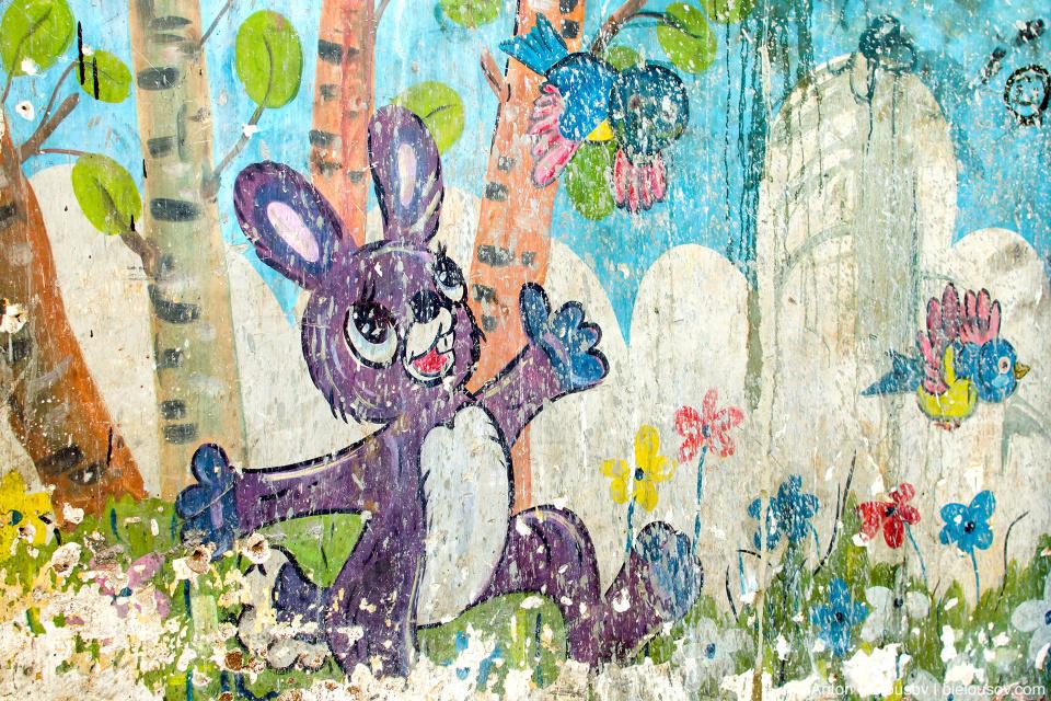 На стенах заброшенных домов — герои советских мультфильмов: это заяц Коська, например. Remedios, Cuba