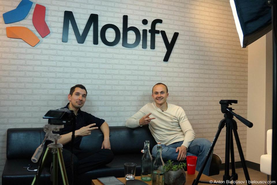 Артем Лысенко берет интервью у Игоря Фалецкого в офисе Mobify