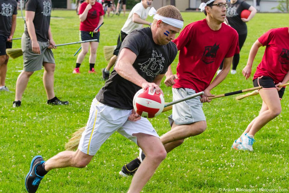 «Квофл» — одна штука — тот самый мяч, который нужно пронести через все поле и забить в одни из трех ворот противника. За каждое попадание — 10 очков.