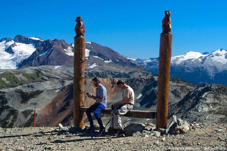 Лавочка специальной альпийской системы, позволяющей переставлять скамейку выше по мере выпадания снега