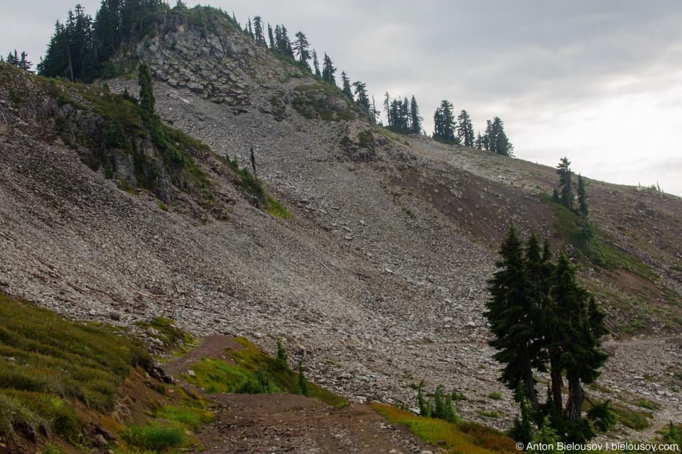 Тропа на Elfin Lakes огибает пик потухшего вулкана — Круглой горы (Round Mountain, 1,646 м).