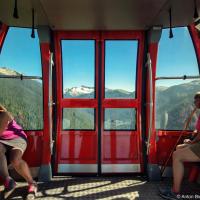 Продолжая исследовать тропы в горах Вистлера на гондоле «Peak 2 Peak» перебираемся с горы Whistler на Blackcomb (2,436 м) — это уникальный подъемник, провисающий между двумя вышками на противоположных склонах на расстоянии 3 км друг от друга и на высоте 436 м. над долиной внизу. Сегодня он держит мировой рекорд по расстоянию и высоте натежения тросов, хотя в 80-х в Швейцарии и был еще сильнее растянутый подвесной трамвай.  Строительство этого подъемника в 2007 году обошлось в $51 млн. Во многом именно из-за этого проекта цена билета на подъемники Вистлера подскочила до $59. При утверждении проекта заявлялось что деревья не будут вырубаться на месте строительства башен, однако при протяжке тросов вырубили полосу по всей длине лифта.