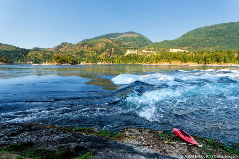 Skookumchuck Narrows — Это трудно передать на фото потому что выглядит как горная река, но представьте себе обычный залив в котором в одном лишь месте неизменно стоит волна, а вокруг пенятся валуны и бурлят водовороты.