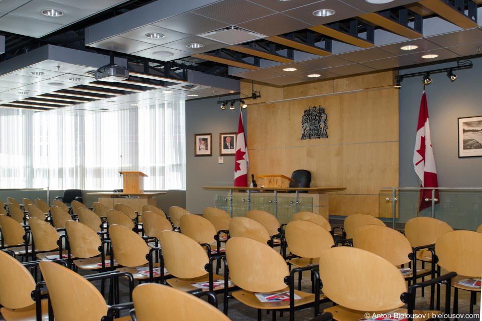 Зал в котором принимается экзамен на гражданство и проводится церемония его вручения в CIC (Ванкувер) — 877 Expo Blvd. Vancouver, BC