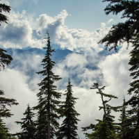 Клубы облаков не просто лежат на склонах а стремительно проносятся мимо.