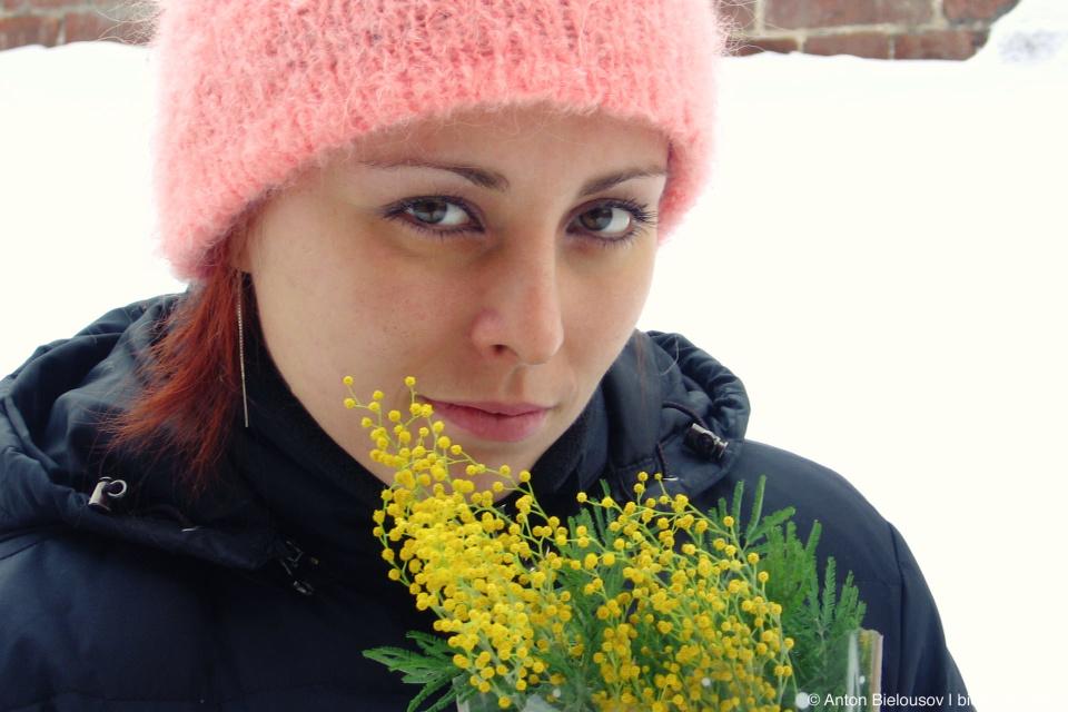 Вики с букетом мимозы на 8 марта