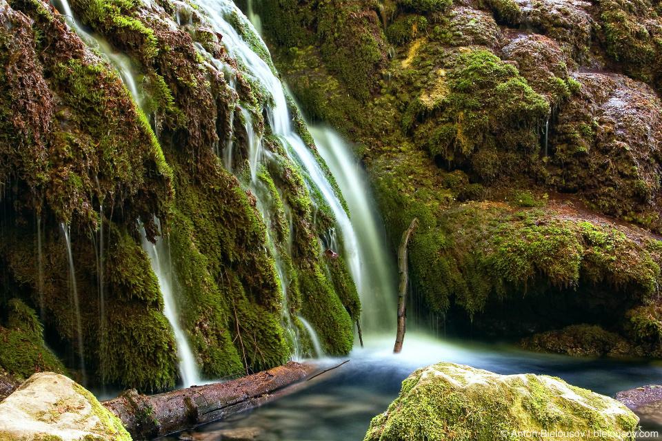 Водопады на весенних горных реках