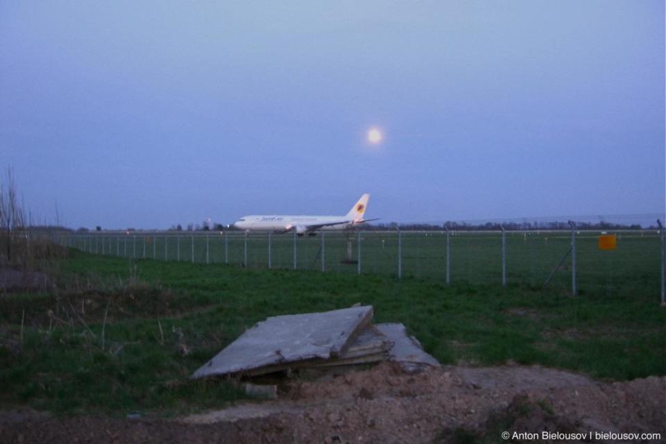 Наш самолет — Boeing -767 Аэросвит, рейс YY141 Киев-Торонто — на рулежной дорожке аэропорта Борисполь, мы — в окнах, как раз с этой стороны, посреди крыла. Снято провожающими.