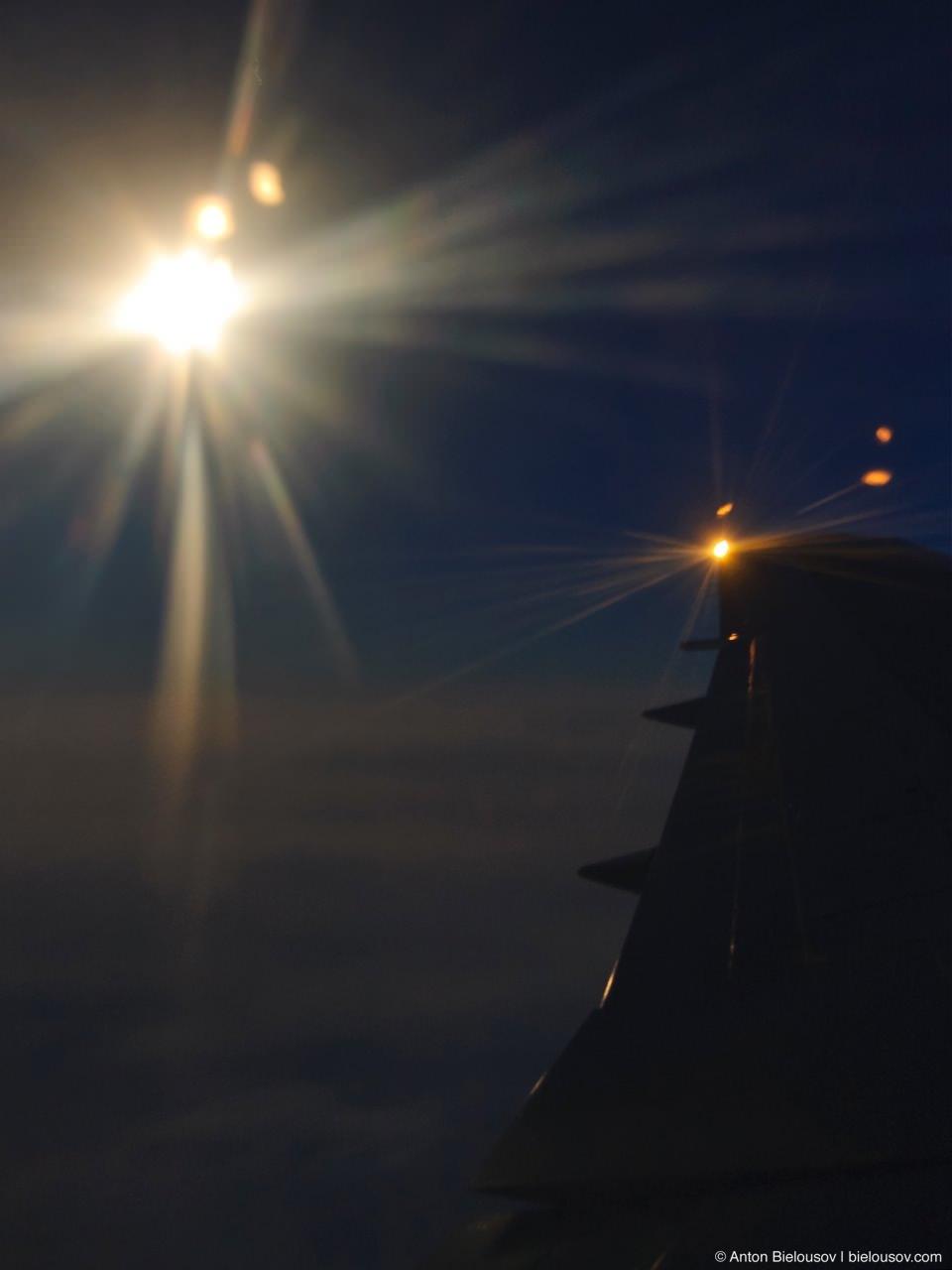 Луна в иллюминаторе над Атлантикой.