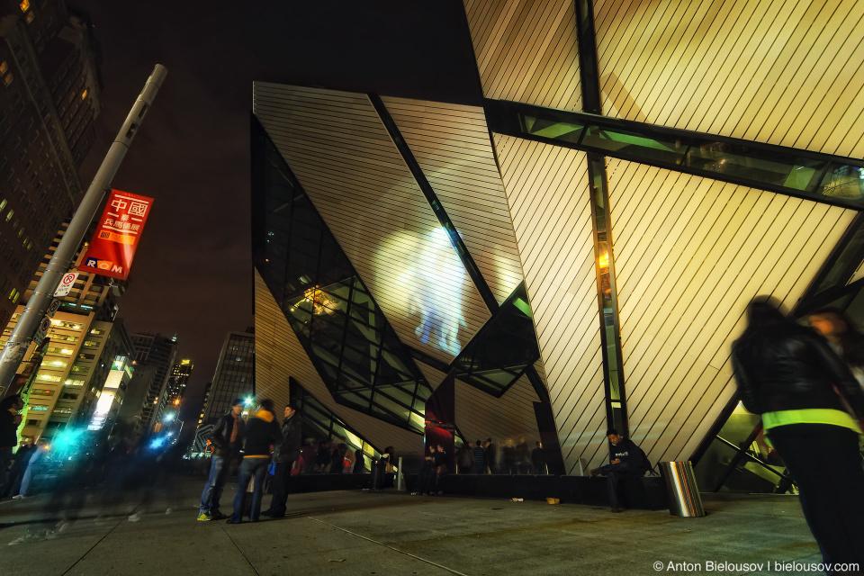 Видеоинсталляция шагающих авчтралопитеков на Royal Ontario Museum (ROM) во время Nuit Blanche в Торонто