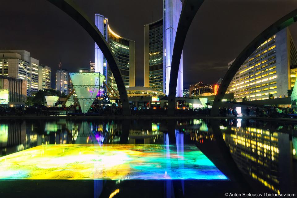Видеоинсталляция в фонтане на Nathan Phillips Square перед городской ратушей на Nuit Blanche.