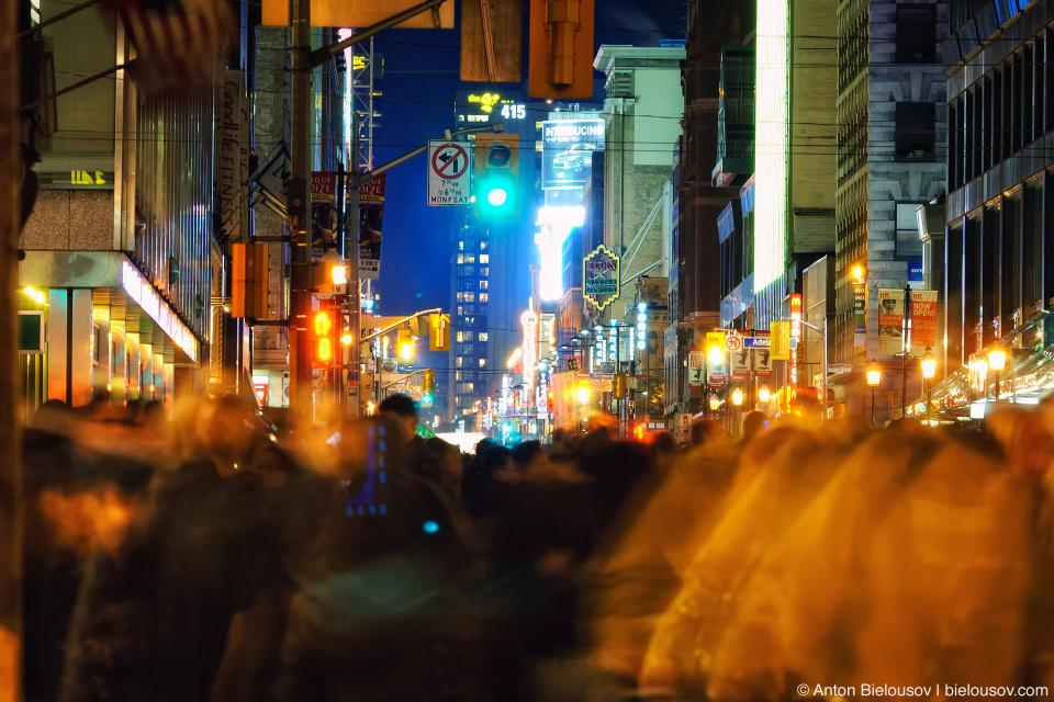 Толпа людей в полночь на центральной улице Торонто во время Nuit Blanche 2010