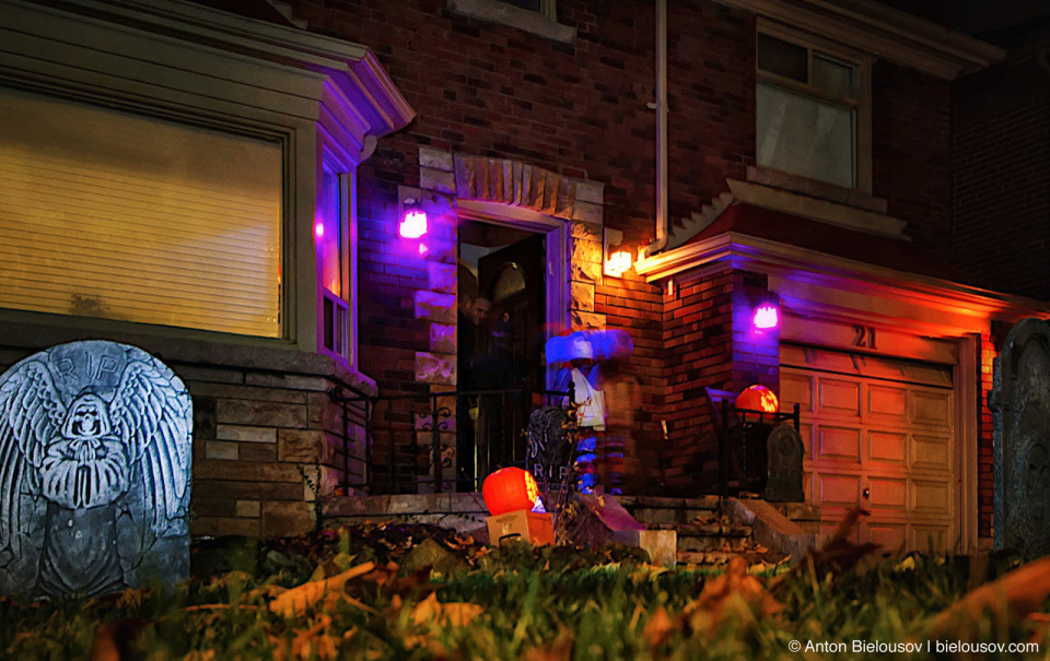 Halloween in Canada: Decorated frontyard