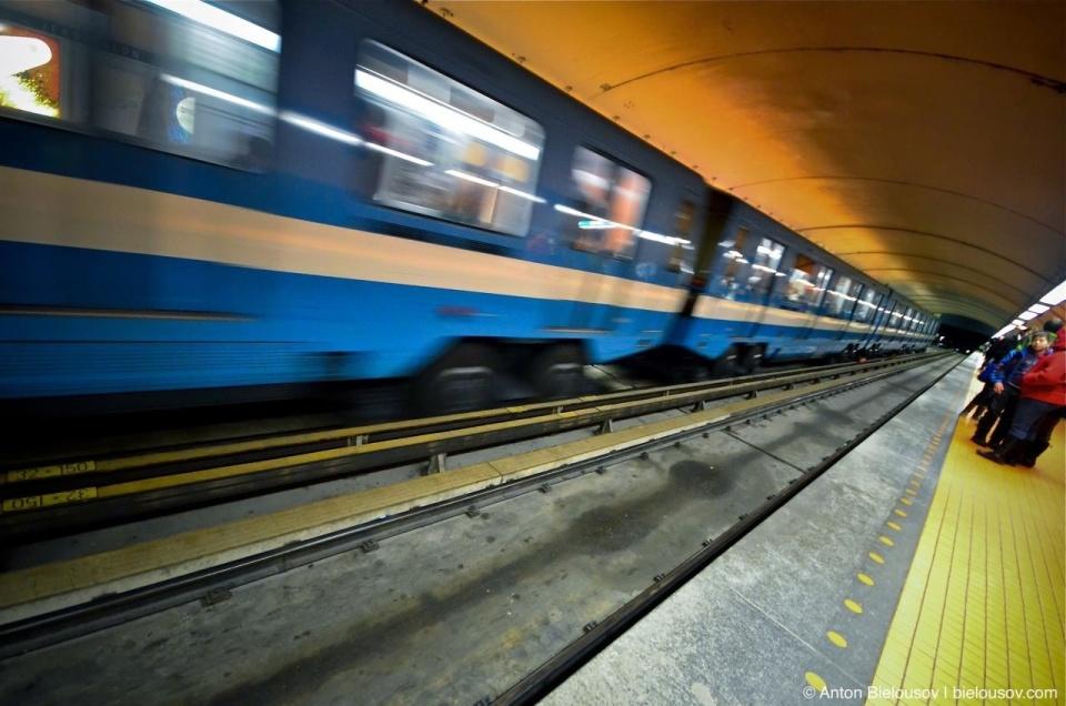Montréal Metro Train arrival to Station