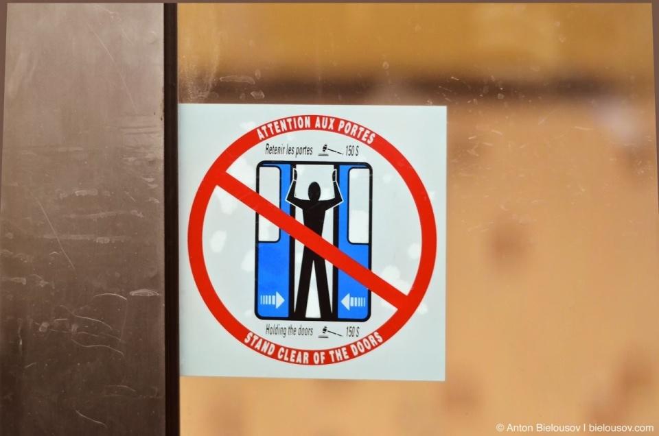 Montréal Metro Hold doors fine sign