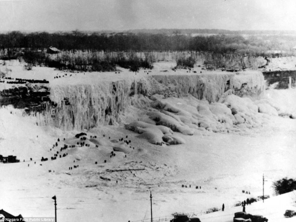 В 1911 году Ниагара замерзла на полдня достаточно, чтобы можно было прогулятся над кромкой водопада.