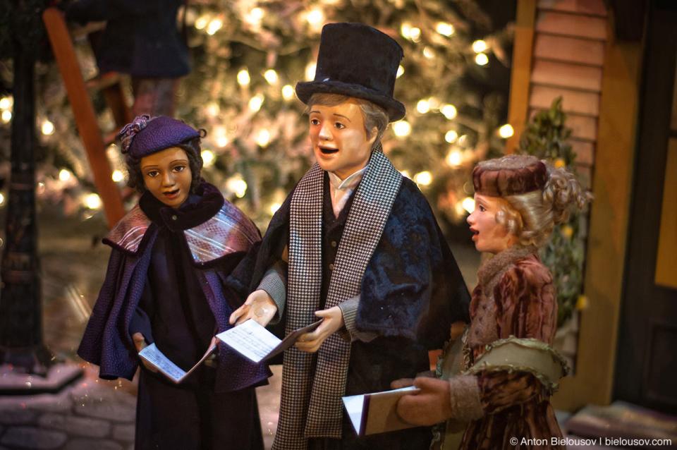 Рождественский хор: инсталляция в витрине магазина