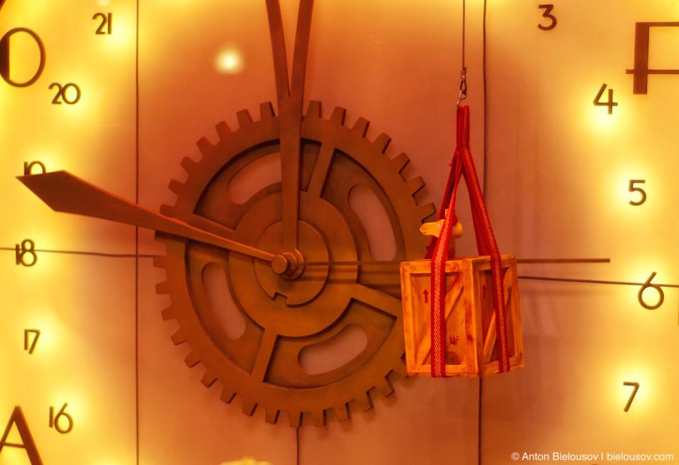 Часы на фабрике рождественских подарков: инсталляция в витрине магазина