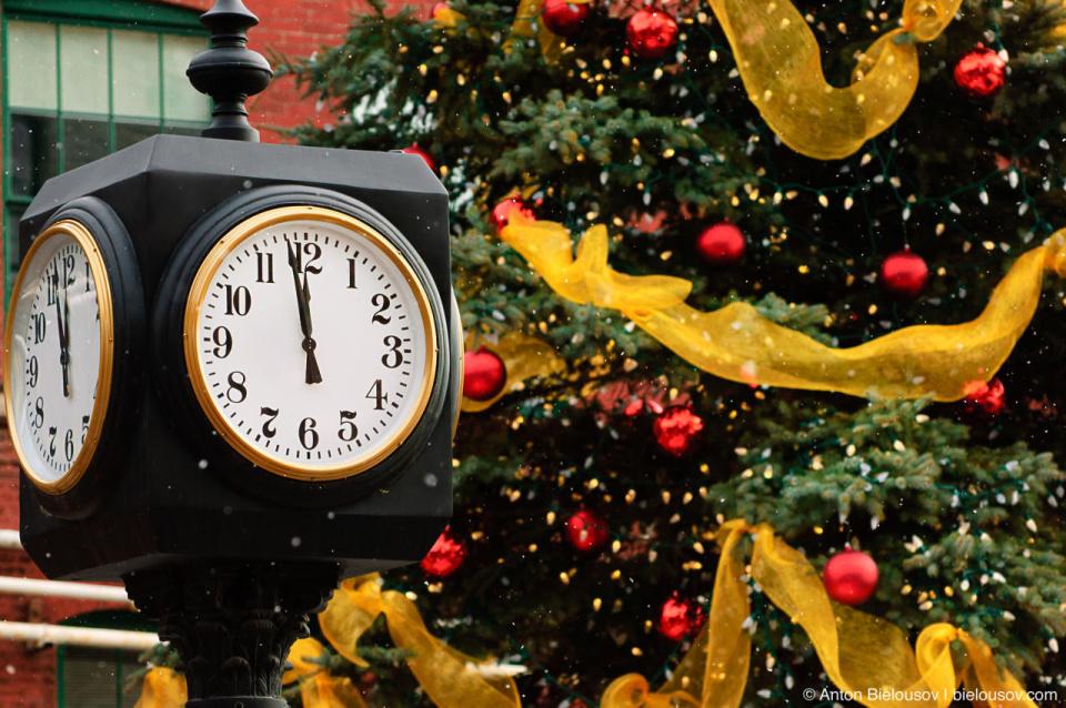 Часы бьют… полдень в Distillery Historic District (Toronto)