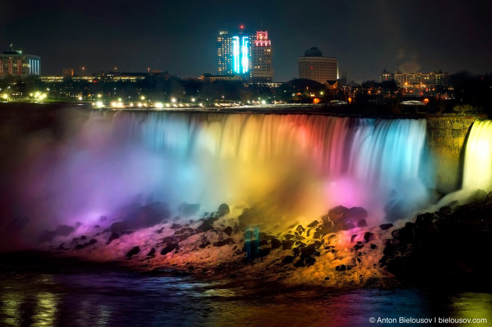 Вид на подсвеченный всеми цветами радуги Ниагарский водопад и депрессивный американский городок Buffalo со стороны Канады куда приятнее чем наоборот.