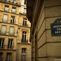 Табличка на здании с названием улицы — Бульмар Сэн-Жермен, Париж