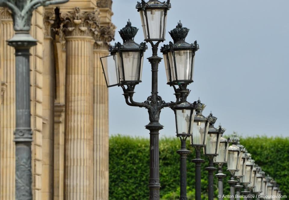 Streetlights at Musée du Louvre in Paris