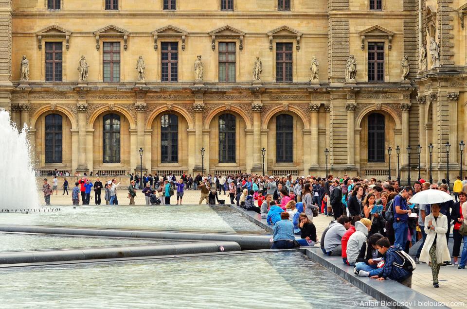 Paris Musee du Louvre Queue