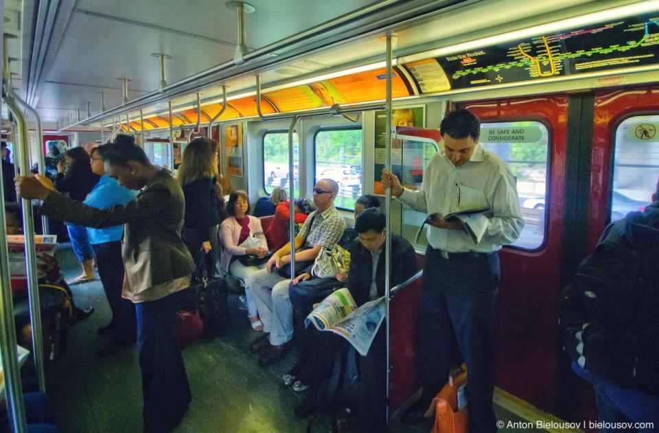 По сравнению с СНГ метро в Торонто относительно свободно даже в часы пик,