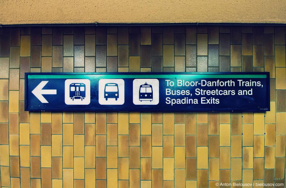 Указатели в Торонтском метро
