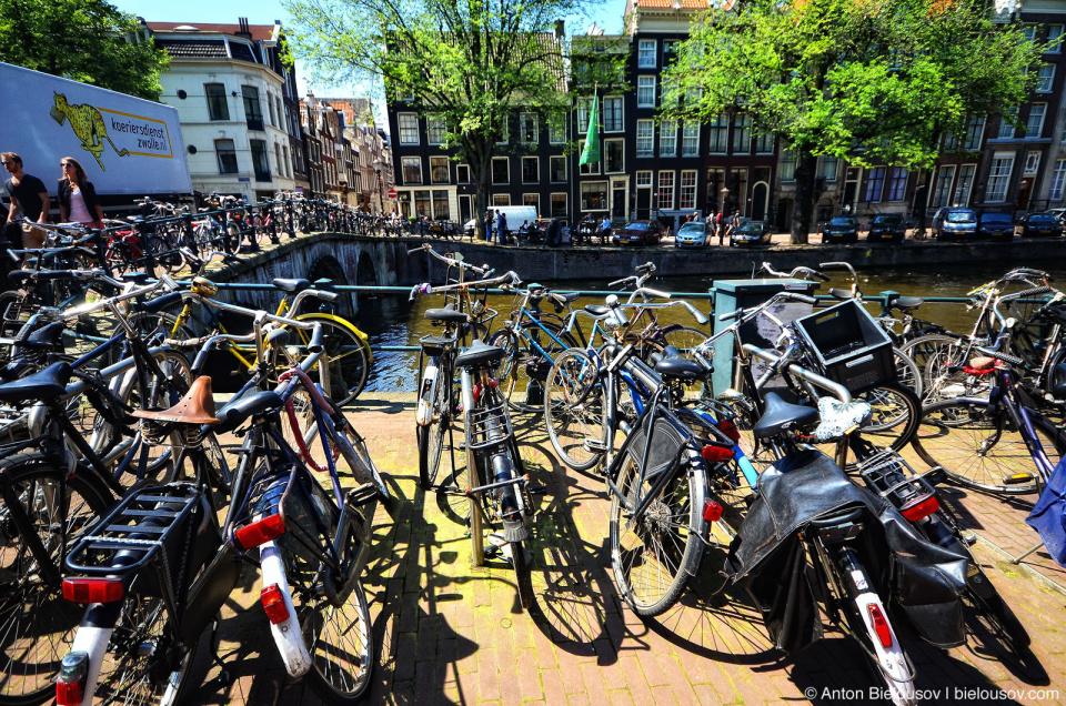 Тысячи велосипедов прикованы к мостам Амстердама