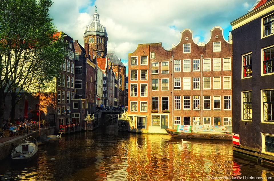 Канал Oudezijds Voorburgval, вид с моста Armbrug (Амстердам)