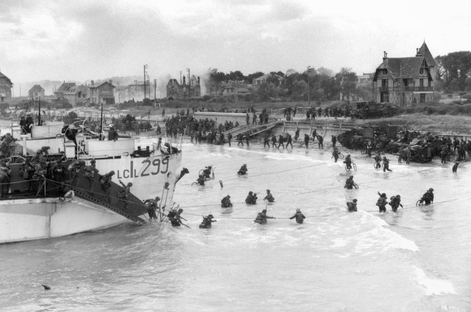 Reserve troops of the Canadian 3rd Division coming ashore at Bernières, Nan sector, Juno Beach, on D-Day, June 6, 1944. National Archives of Canada; photo, Gilbert Milne;